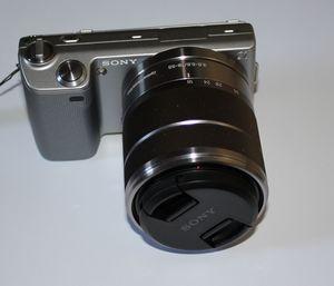 Sony Alpha NEX-5 srebrny z obiektywem AF E 18-55mm 3.5-5.6 OSS (NEX-5KS) -- © bepixelung.org