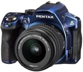 Pentax K-30 blau mit Objektiv DA 18-55mm WR