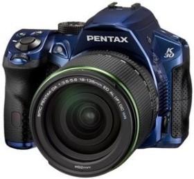 Pentax K-30 blau mit Objektiv DA 18-135mm WR