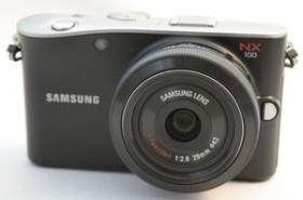 Samsung NX100 silber mit Objektiv NX 18-55mm