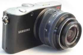 Samsung NX100 silber mit Objektiv NX 20-50mm