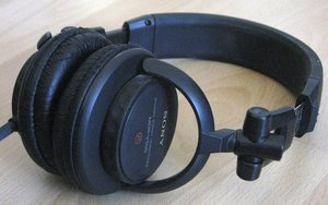 Sony MDR-V500DJ black -- provided by bepixelung.org - see http://bepixelung.org/3547 for copyright and usage information