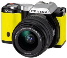 Pentax K-01 gelb mit Objektiv DA L 18-55mm und DA L 50-200mm