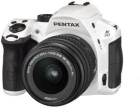 Pentax K-30 weiß mit Objektiv DA L 18-55mm und DA L 50-200mm