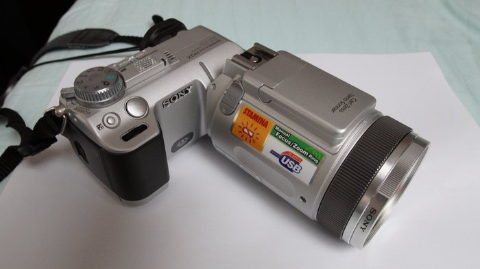 Sony Cyber-shot DSC-F717 -- © bepixelung.org